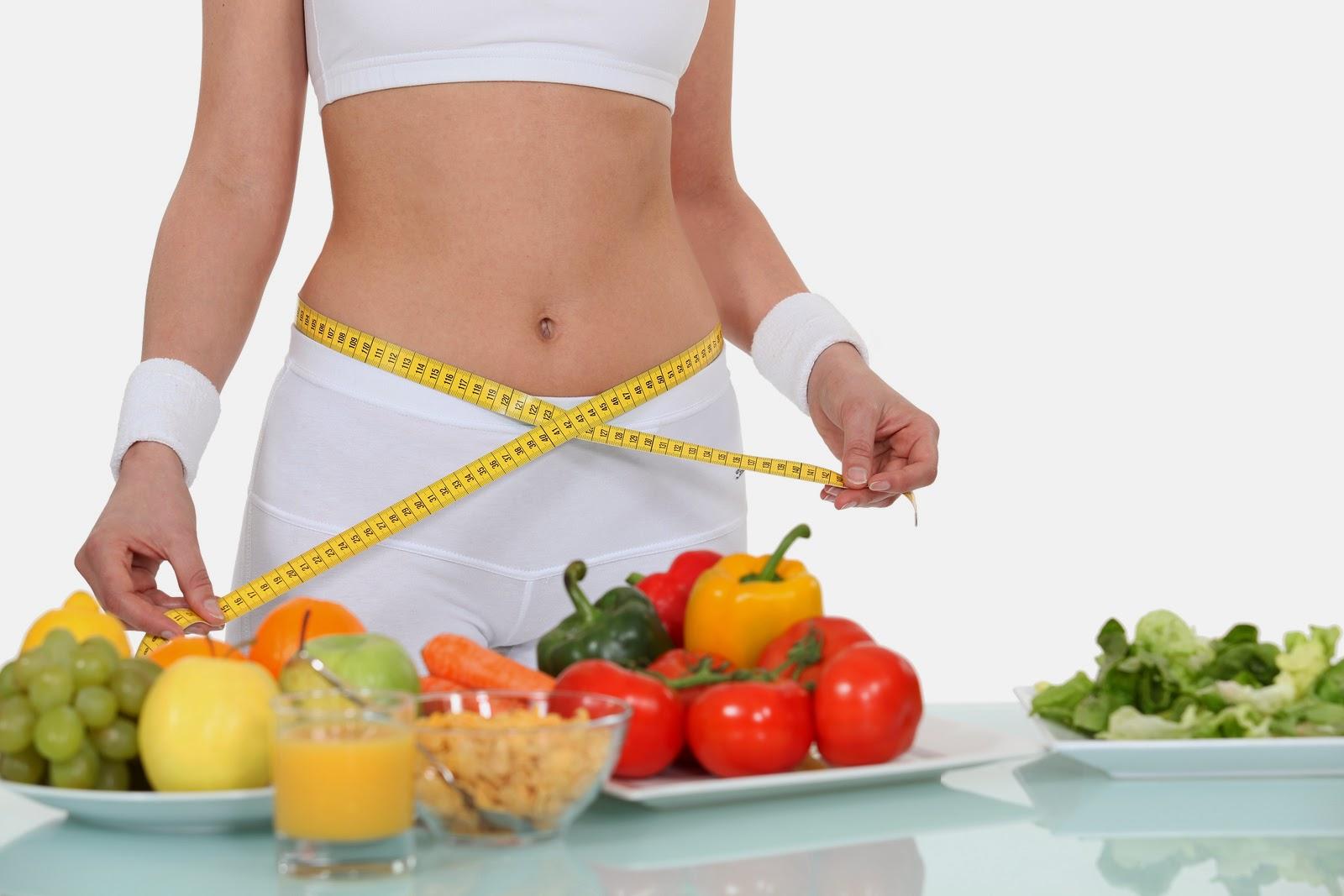 Mulher com fita métrica e alimentos termogênicos sobre a mesa