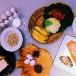 mesa com ovos, feijão, grão de bico, salmão